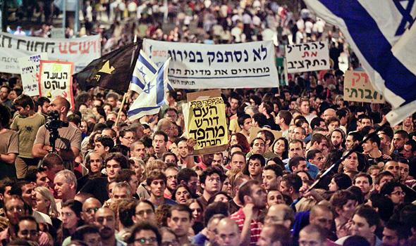 """מפגינים במחאת 2011. """"טוענים שהמחאה מתה. אין טעות גדולה מזו"""""""