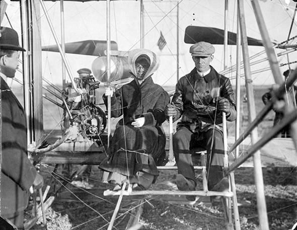 קת'רין רייט, יושבת לצד ווילבור באחד המטוסים הראשונים של האחים
