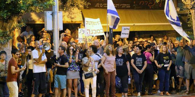 """המחאה נגד היועמ""""ש: מאות מפגינים מול תחנת המשטרה בפתח תקווה"""