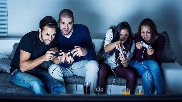 גיימרים משחקים בפלייסטיישן 4