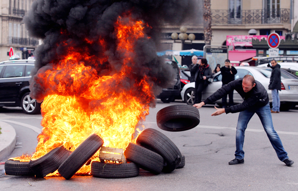 """מחאה של נהגי מוניות בצרפת נגד כניסת אובר, 2015. """"מדיניות של התנערות"""""""