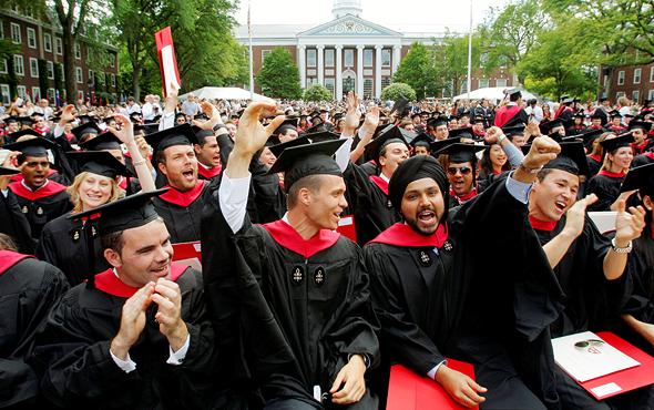 """בוגרי הרווארד הם מהאנשים בעלי המשכורות הגבוהות ביותר בארה""""ב. לפי האוניברסיטה 70% מהם מקבלים סיוע כספי כלשהו, צילום: רויטרס"""