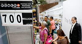 """הגרלת ה לוטו הגדולה ב ארה""""ב דוכן ב ניו יורק 23.8.17, צילום: רויטרס"""