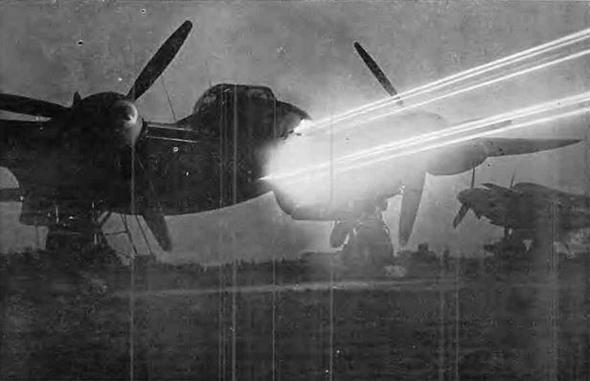 מטוס מוסקיטו בניסוי ירי על הקרקע