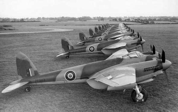 ליין מטוסי מוסקיטו של טייסת בריטית