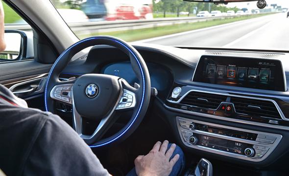 נסיעה במכונית אוטונומית, צילום: AutoGuide