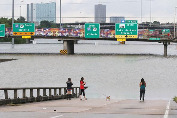 הצפות בעיר יוסטון, טקסס. אזורים מסוימים לא יהיו ראויים למגורים במשך שבועות ואף חודשים
