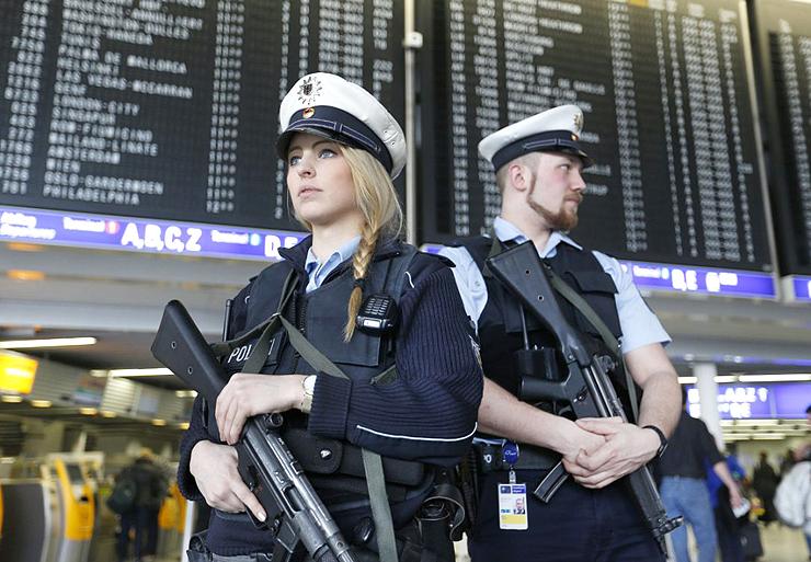 שוטרים בנמל התעופה בפרנקפורט, צילום: AP