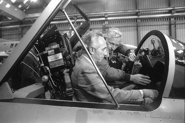 """מפקד ח""""א עמוס לפידות וראש הממשלה שמעון פרס מתרשמים מהמטוס, 1985"""