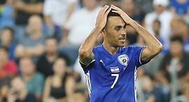 ערן זהבי נבחרת ישראל השליך את סרט הקפטן במהלך המשחק, צילום: עוז מועלם