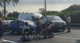 נכים חוסמים כביש שיבושי תנועה בכביש 4, צילום: הנכים הופכים לפנתרים