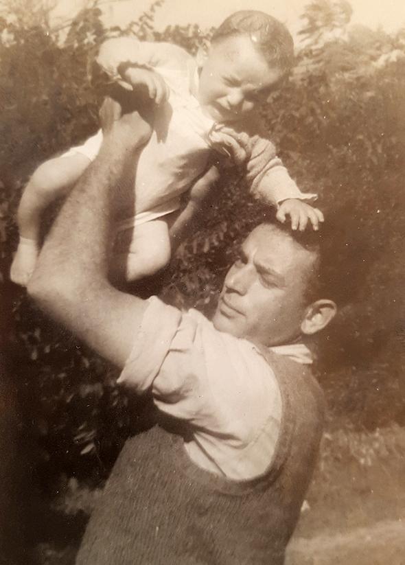 1945. אמנון נויבך בן ה־10 חודשים עם אביו מאיר
