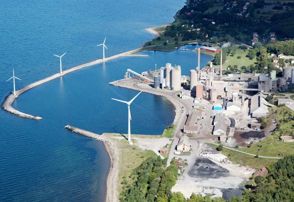 מפעל היידלברג בדגרהאם, שבדיה. חריגה לטובה בענף הבטון, שאחראי ל־5% מפליטות גזי חממה בעולם