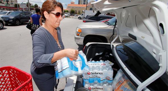 מצטיידים במים בפלורידה, צילום: רויטרס