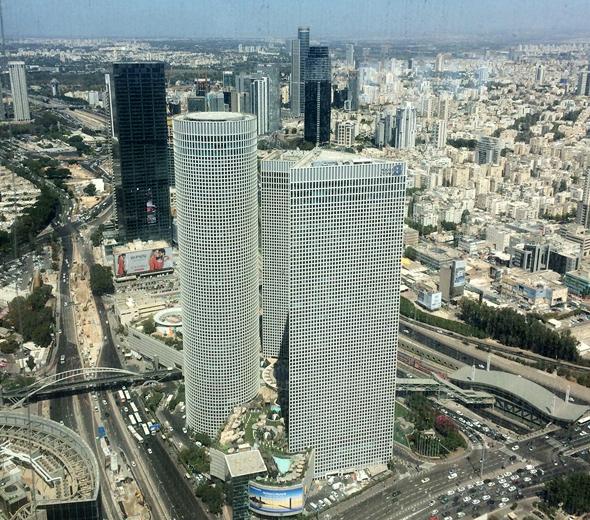 מבט מהקומה ה-61, מגדלי עזריאלי האייקוניים נראים פתאום שפופי קומה
