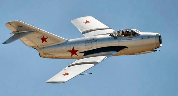 מיג 15 בטיסה. שימו לב לתותח שמתחת לחזית