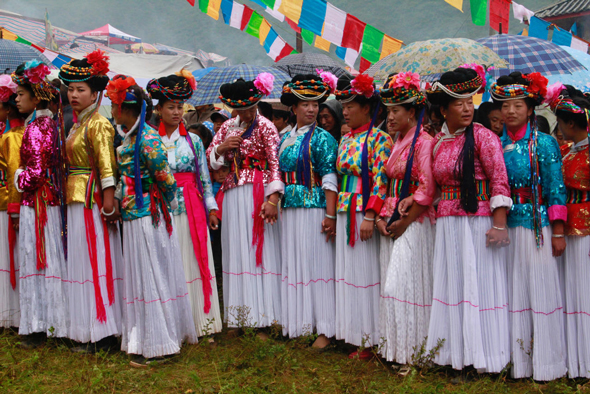 נשות המוסו מתכוננות לריקוד