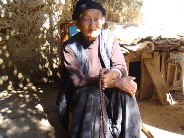 אחת הסבתות השולטות בשבט בחצר ביתה
