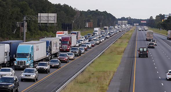 שיירה של מכוניות בפלורידה. 5.6 מיליון תושבים קיבלו הוראה להתפנות