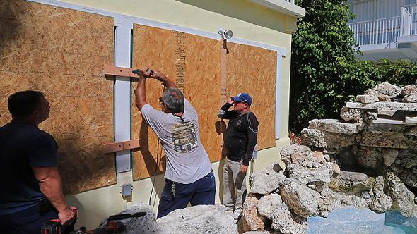תושבים בפלורידה ממגנים את הבתים