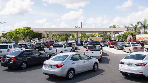 תושבים בתור לתחנת דלק בפלורידה