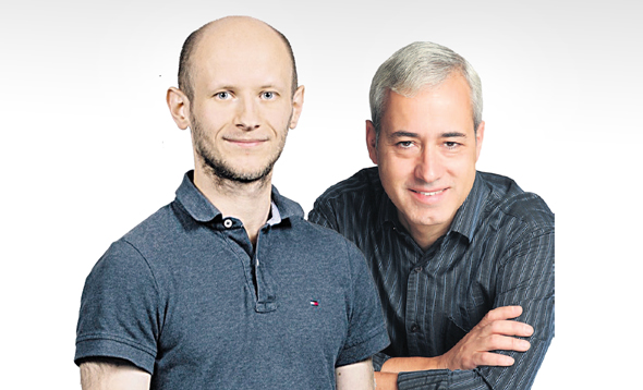 משמאל רפאל יוזפוביץ' ו פרופ' פדרו דומינגוס משחק בינה מלאכותית