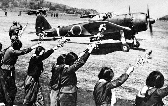 מטוס KI43 יפני ממריא לטיסת התאבדות, לפני קהל האוחז פרחים