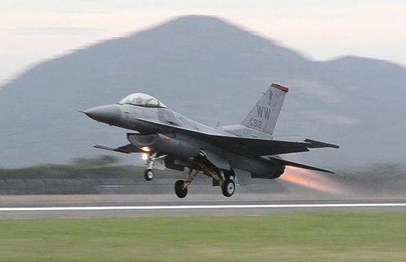 מטוס F16 ממריא ללא חימוש