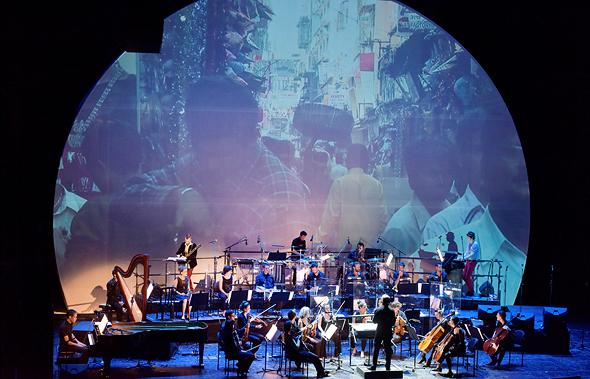 """מתוך המופע """"A Stnadart Revolution"""" שהעלתה תזמורת המהפכה באופרה הישראלית, צילום: יוסי צבקר"""