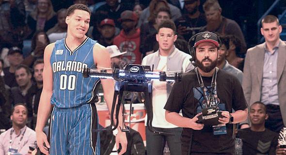 ארון גורדון שחקן NBA עם רחפן של אינטל