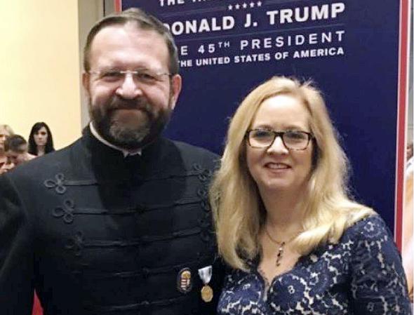 """גורקה ואשתו קתרין עם מדליית מסדר ויטז בהשבעת טראמפ. """"אני לא חבר במסדר, זו היתה הוקרה לאבי"""""""