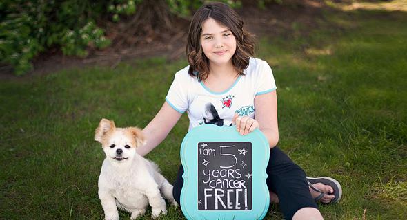 """אמילי ווייטהד, הילדה הראשונה שהחלימה מלוקמיה בטיפול קארים. """"מרגשת אותי עד דמעות"""""""