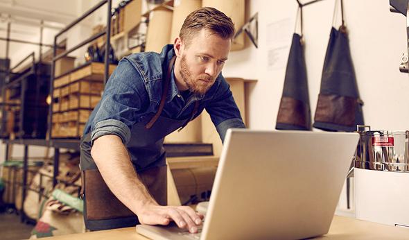 עסק מחשב נייד בזק, צילום: שאטרסטוק