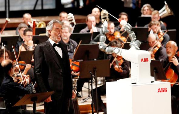 הרובוט יומי מנצח על התזמורת לצד זמר הטנור אנדריאה בוצ'לי