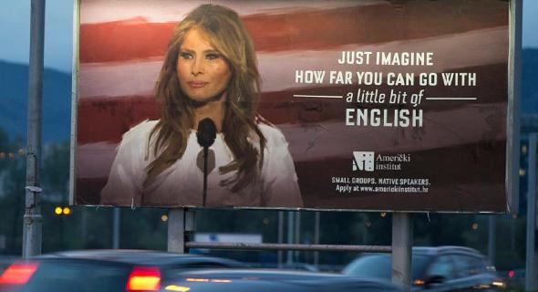 """""""המהגרת המפורסמת ביותר שהגיעה מהאזור לארה""""ב"""". שלט הפרסומת בכיכובה של מלניה טראמפ, צילום: איי פי"""