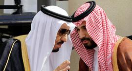 מימין יורש העצר מוחמד בן סלמן ו המלך סלמן, צילום: איי.פי