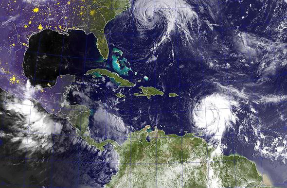 הוריקן מריה (למטה) מכה בקאריביים, צילום: אי פי איי