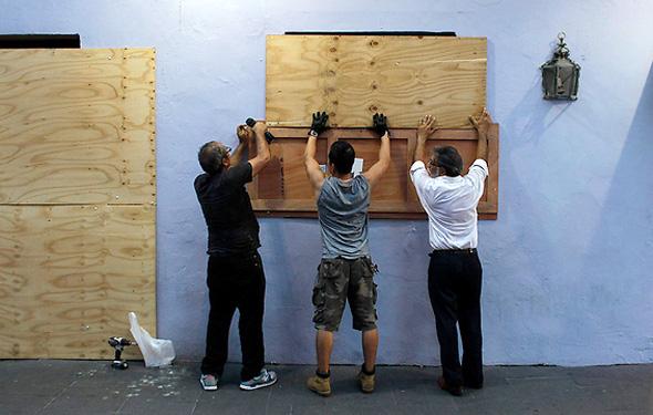 מכסים את החלונות והדלתות בקורות עץ, צילום: איי אף פי