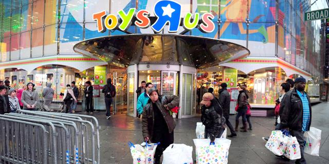 """טויס אר אס לעובדים: נסגור את כל 700 החנויות בארה""""ב"""