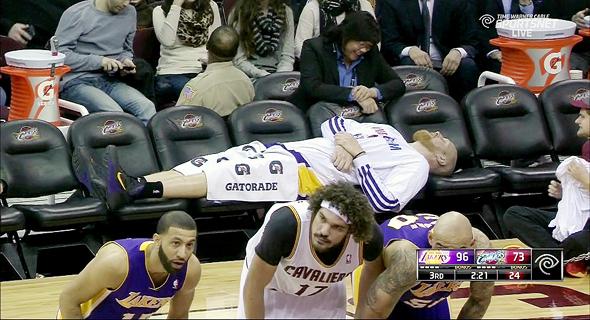 שחקן NBA מנמנם על הספסל. כדורסלנים רצים 13% יותר מהר אחרי שינה של 8.5 שעות