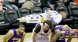 שחקן NBA מנמנם על הספסל