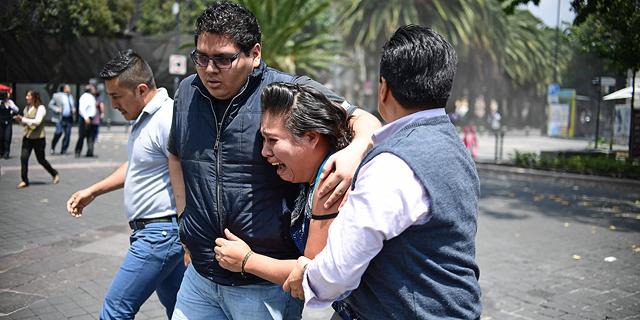 """חופרים בין ההריסות במקסיקו סיטי: """"מייחלים לקולות חיים"""""""