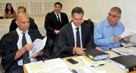 """מימין: נאמני מגה רו""""ח טרבלסי ועורכי הדין גינדס וברטוב, בדיון אתמול, צילום: יריב כץ"""