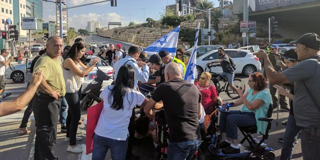 עימותים קשים במחאת הנכים בהרצליה, מפגינה נאזקה