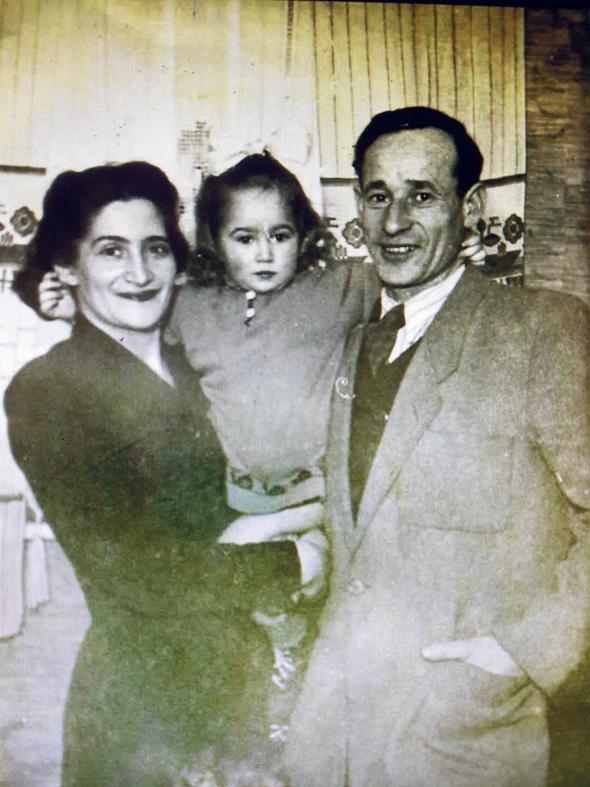 1947. ציפי פינס בילדותה עם אמה רינה ואביה אברהם