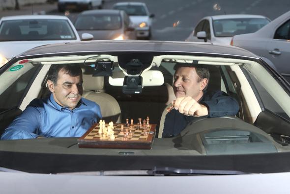 """אבירם (מימין) ושעשוע. """"קיוויתי שמובילאיי תישאר עצמאית, במיוחד כשראיתי מה פיתחה לרכב אוטונומי"""""""