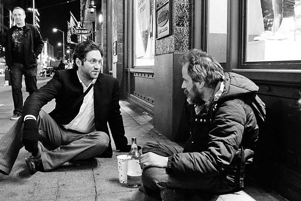 """אדלר במפגש עם מחוסר דיור בסן פרנסיסקו. """"החיים קצרים מכדי לשאת בושה או להרגיש חסר ערך"""""""
