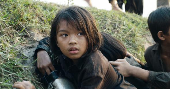 גיבורת הסרט בדמותה של לוחמת זכויות האדם לואנג אונג. למטה: אנג'לינה ג'ולי