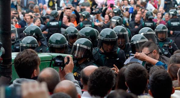 עימותים עם משטרת ספרד במהלך משאל העם ב-Sarria de Ter בקטלוניה, צילום: איי אף פי
