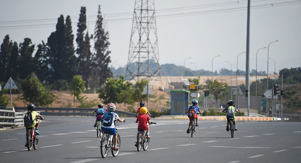 Kids riding their bikes on an Israeli highway on Yom Kippur. Photo: Yair Sagi